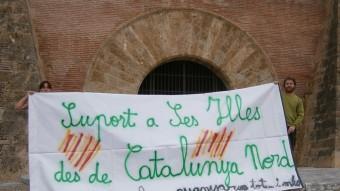 Pancarta desplegada davant la porta principal d'accés al Palau dels Reis de Mallorca de Perpinyà EL PUNT