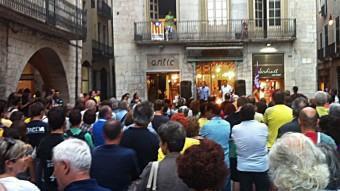 Alguns dels assistents a la concentració que es va fer ahir a la plaça del Vi de Girona.
