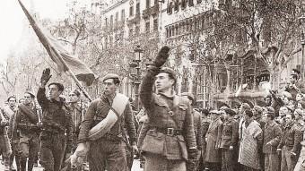 Soldats fent la salutació feixista, durant la