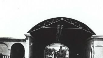 La primera estació del ferrocarril a Girona era una construcció senzilla i coberta que va acollir grans dies de la ciutat. ARXIU IMATGES AJUNTAMENT DE GIRONA