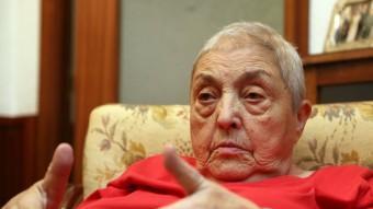 Núria Gispert, en un moment de l'entrevista, al saló de casa seva, al barri de Sant Andreu QUIM PUIG