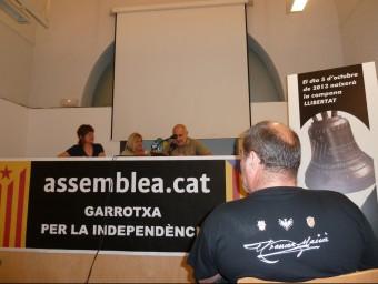 """Toia Codina i la periodista Mariona Comellas, durant la presentació de la festa independentista """"Quatre barres i una estrella"""", ahir a l'Hospici d'Olot. J.C"""