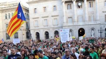 Aspecte de la concentració que sindicats i entitats van convocar ahir a la tarda a la plaça Sant Jaume per fer costat als mestres balears JUANMA RAMOS