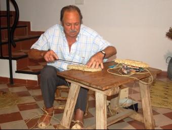 Paco Comba no para de fer espardenyes artesanals. B. SILVESTRE