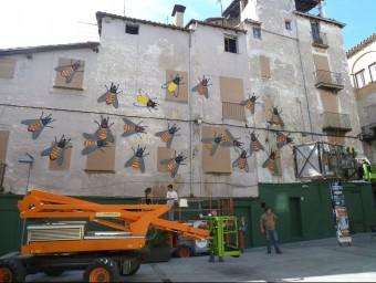 El mural independentista que dirigeix l'artista Quim Domene a la façana de la Pia Almoina d'Olot. J.C