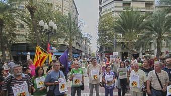 Una concentració a Alacant en favor dels mestres de les Balears EL PUNT AVUI