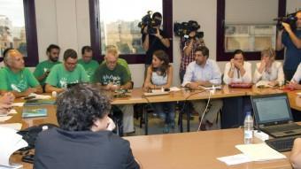 Representants dels mestres i de l'administració en la reunió d'ahir al matí M. DÍEZ / EFE