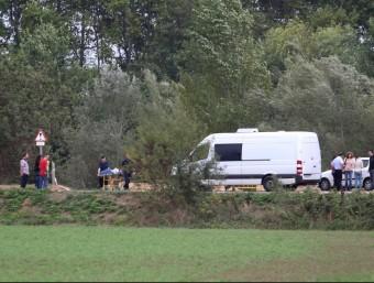 Els operaris de la funerària treuen el cos de Telemsany del riu Muga. JOAN CASTRO / ICONNA