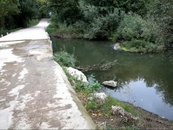 El cadàver estava a prop d'un passallís que creua per sobre del riu Muga, on va quedar encallat. JOAN CASTRO / ICONNA