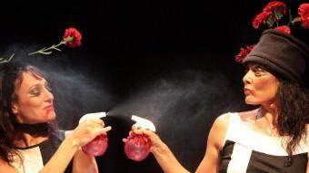 Anna Coll i Marta Carrasco, ruixant-se , en un instant de la peça. JOAN SABATER