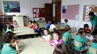 Nens d'una escola de Palma ahir, primer dia de classe després de tres setmanes. Molts anaven amb la samarreta verda que identifica la protesta TERESA AYUGA /DBALEARS.CAT