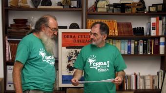 Manel Domènech, representant de l'Assemblea de Docents, i Jaume Mateu, president de l'Obra Cultural Balear, amb el xec d'El Punt Avui MARCOS CARRERA