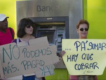 Els veïns del barri de la Floresta ja s'ha plantat davant quatre entitats bancàries per reclamar les quotes d'escala que tenen pendents. J.C. LEÓN