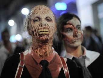 La Zombie Walk va aplegar centenars de persones vestides de zombi JOSEP LAGO / AFP