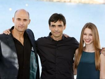 El director Jorge Dorado, al centre, amb els actors Mark Strong i Taissa Farmiga, els dos grans protagonistes de 'Mindscape' SUSANNA SÁEZ / EFE