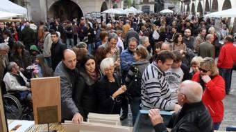 Per la diada de Tots Sants la capital gironina s'omple de visitants que es passegen per les fires i mercats que es fan aquesta jornada EL PUNT AVUI