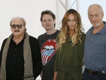 Charles Dance (dreta) amb l'equip de 'Patrick': Pino Donaggio (música), el director Mark Hartley i l'actriu Sharni Vinson EFE
