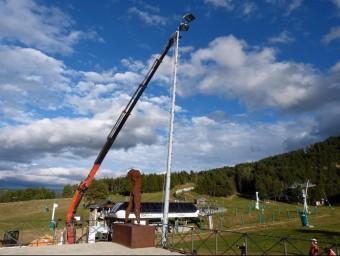Un detall de la instal·lació d'un punt de llum al pla de Masella. EL PUNT AVUI