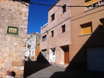 La casa del número 17 del carrer Francesc Martí d'Albons que ha estat reformada amb una llicència concedida per l'alcalde Julià Giró i que un jutge ha revocat . J. PUNTÍ