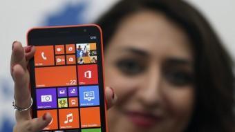 El Lumia 1320, mostrat per una model poc després de la presentació d'ahir, es farà en quatre colors BEN JOB / REUTERS
