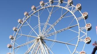 La roda, , una de les atraccions característica de les Fires, ja ocupava ahir el seu espai a l'antic estadi de la Joventut LL. SERRAT