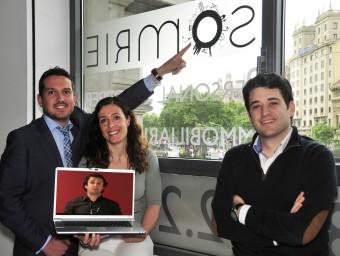 Jiménez, Martínez, Gómez i Camps (a la pantalla d'ordinador) són els socis de Somrie.  L'ECONÒMIC