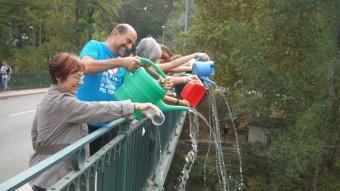 La Palanganada va consistir en abocar aigua al riu Ter des del pont de la Barca. J. GONZALO