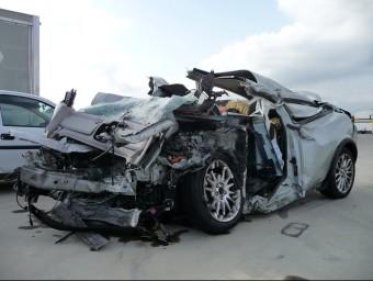 Estat en el que va quedar el Volvo D5, el vehicle que conduïa la víctima en el moment de l'accident Ò. PINILLA