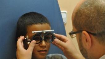 Un nen en una de les revisions gratuïtes que es realitzen al Centre Universitari de la Visió de la UPC UPC
