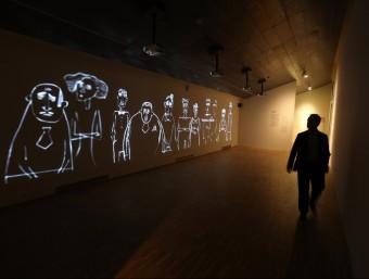 A l'esquerra, vídeo d'animació del conte 'Els subalterns'; a la dreta, detallsde l'exposició.. QUIM PUIG