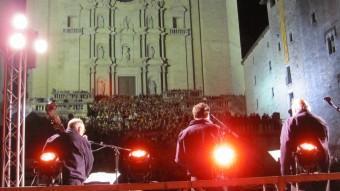 Un moment de la cantada d'havaneres de Terra Endins a les escales de la Catedral D.V