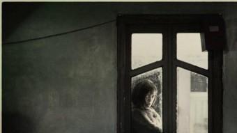Inquietant perfil des de la finestra , una actitud reveladora de la segona part de 'Bienvenido a casa'. MANUEL GIANONI