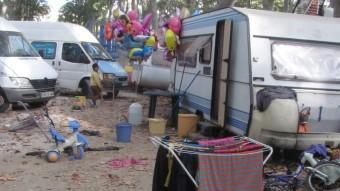 Bicicletes, estenedor de roba i altres elements a tocar una caravana a la Devesa de Girona.  D.V.
