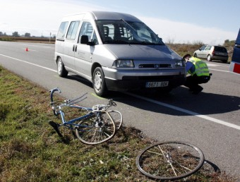 La bicicleta, la furgoneta amb el vidre trencat, i els Mossos, fent la investigació ACN