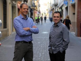 Tomàs Martínez i Jordi Mestre en un dels carrers comercials de Mataró d'on tenen comerços al web.  QUIM PUIG