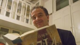 Alfred Bosch, amb la seva novel·la. ALBERT SALAMÉ