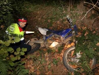 Un agent dels Mossos inspeccionant la moto tot terreny de la víctima JOAN CASTRO / ICONNA