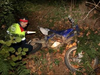 Un efectiu dels Mossos inspeccionant dissabte passat a la tarda la moto que conduïa la víctima JOAN CASTRO / ICONNA