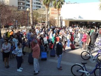 Concentració amb maletes a les portes de l'estació de Gandia. EL PUNT AVUI