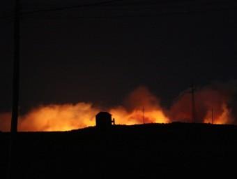 Les flames de l'incendi forestal a Vilopriu, vistes des de lluny ACN