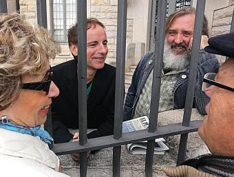 Lluís Gavaldà i Joan Reig, conversant ahir amb un parell de vianants fans d'Els Pets amb qui van aturar la sessió fotogràfica per conversar-hi MANEL LLADÓ