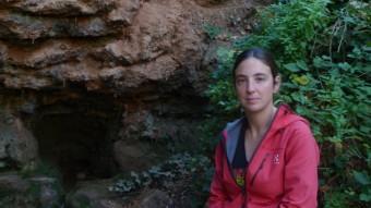 Meritxell Omella, copropietària d'El Brogit Guiatges, a la font de la Vall de Montblanc.  EVA POMARES