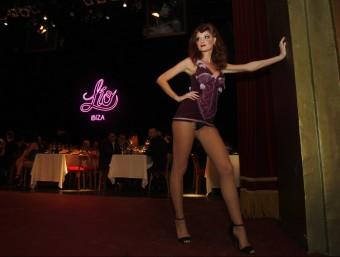 Una ballarina a l'escenari del Principal (amb taules per sopar) moments abans de començar l'espectacle ORIOL DURAN