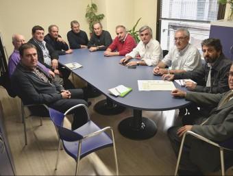 Els alcaldes i representants dels pobles afectats pel foc durant la visita a la seu de l'ACA, a Girona. JOAN CASTRO / ICONNA