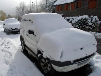 Dos cotxes coberts per un gruix considerable de neu a un carrer d'Espot, al Pallars Sobirà ACN