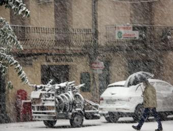 Una veí es protegeix de la nevada amb un paraigües ACN