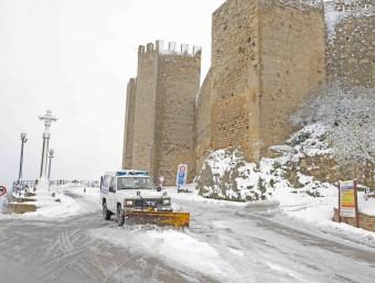 Un vehicle municipal fa les funciones de llevaneu a la vila de Morella. EL PUNT AVUI