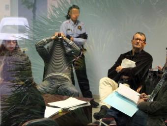 Un detingut es tapa durant la declaració al jutjat. JORDI RIBOT/  ICONNA