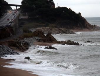 Les onades trenquen entre Sant Pol de Mar i Calella ACN