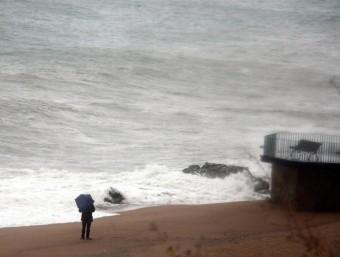 Onades a Sant Pol de Mar ACN
